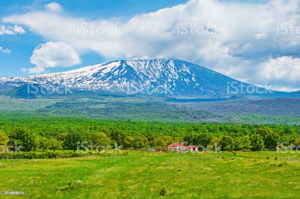 Etna volcano on rural background. - foto stock