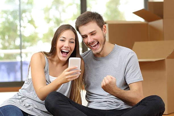 euphorisierende paar umzug und watching-telefon - die besten apps stock-fotos und bilder