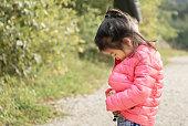 moments en famille promenade en forêt, apprentissage de la vie et de l'autonomie, moment avec maman et papa, cadeau de son enfant, groupe pluriracial et d'ethnies différentes et métissage en France
