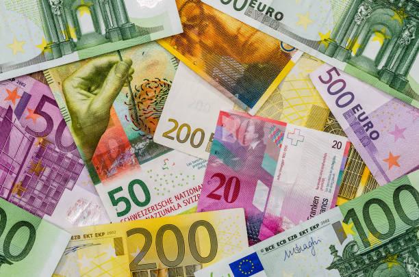 euro en zwitserse frank geld als achtergrond - franken stockfoto's en -beelden