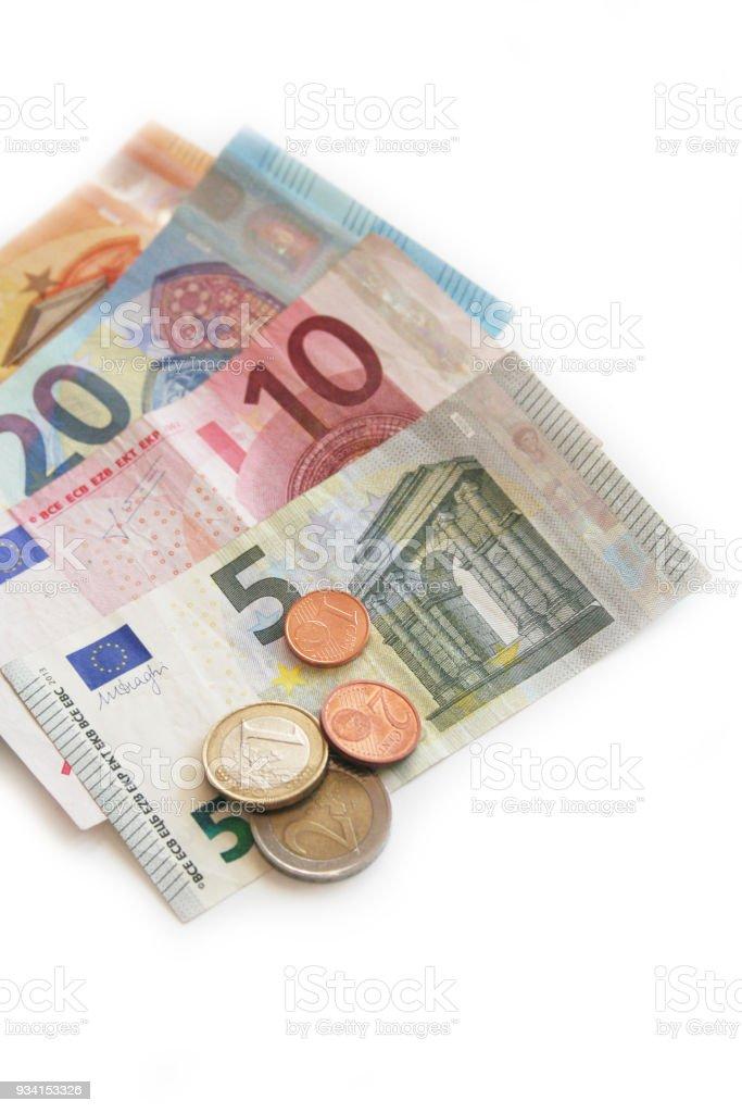 Euro-Banknoten und Münzen auf weiß – Foto