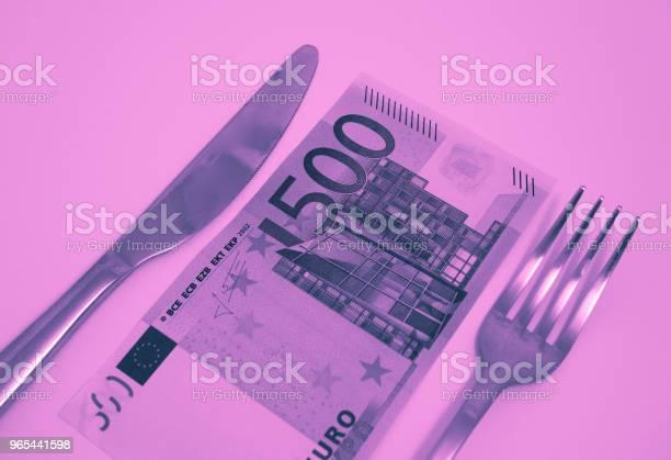 Foto de Uma Nota De 500 Euros Deitado Em Uma Mesa Com Garfo E Faca Conceito De Comida De Restaurante Caro e mais fotos de stock de Almoço