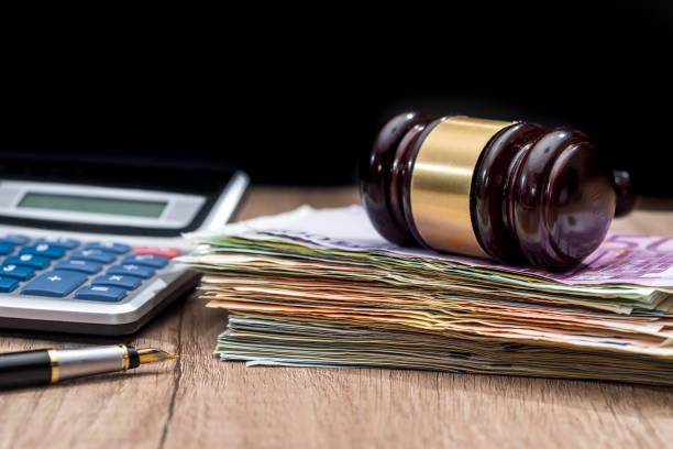 uang kertas euro, hadiah, kalkulator, dan pena - best tax attorney potret stok, foto, & gambar bebas royalti