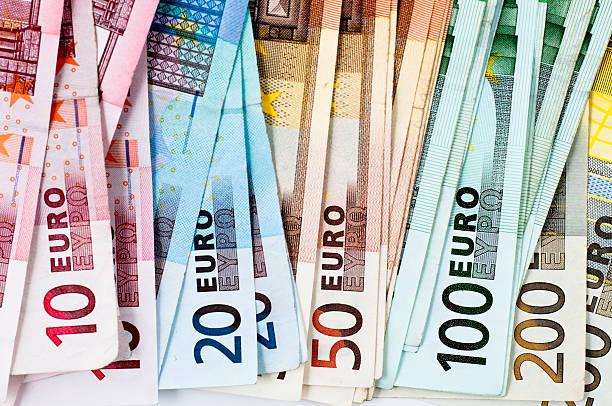 euro-banknoten in einer reihe - eurozahlen stock-fotos und bilder
