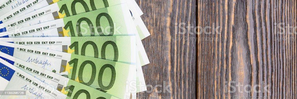 Notas de euro no ventilador no fundo de madeira. - foto de acervo