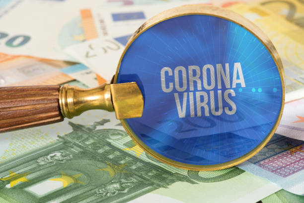 Euro Geldscheine, Lupe und Coronavirus in Europa – Foto