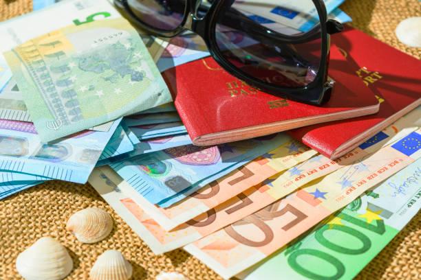 Euro-Banknoten, Pässen und Muscheln auf Leinen Hintergrund. Das Konzept des Reisens – Foto