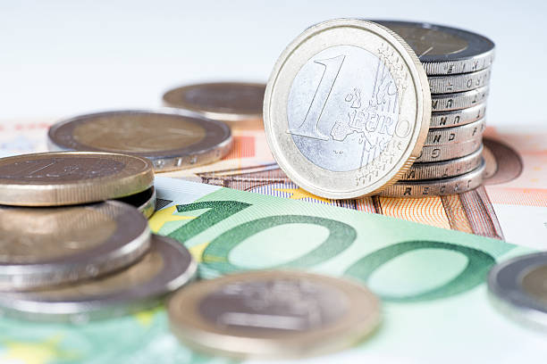 euro-Banknoten und euro-Münzen – Foto