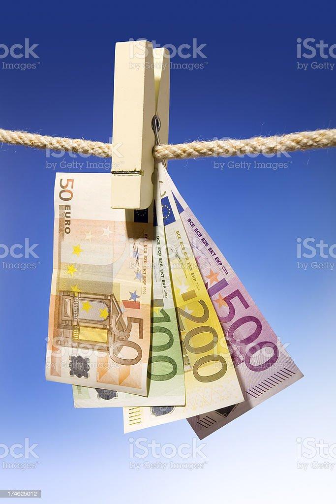 Euro bills colgar en un clotheline - foto de stock