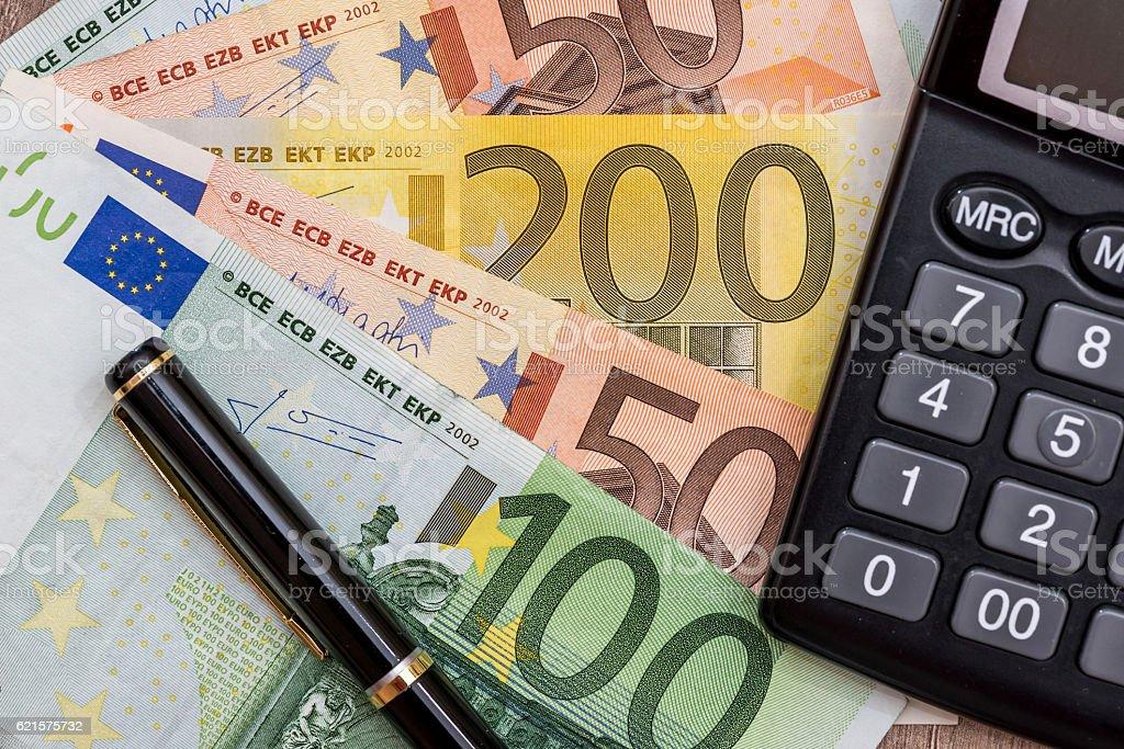 euro, calculator and pen on desk photo libre de droits