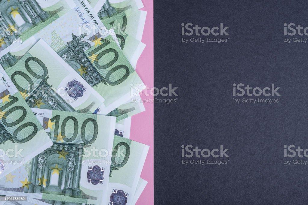 Euro cash op een roze en zwarte achtergrond. Euro geld bankbiljetten. Euro geld. Euro Bill. Plaats voor tekst. - Royalty-free Achtergrond - Thema Stockfoto