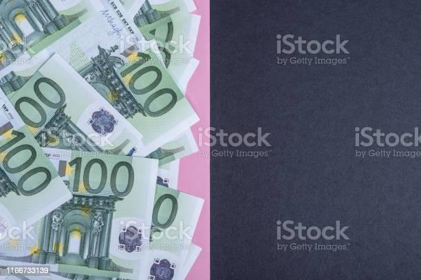 Euro Cash Op Een Roze En Zwarte Achtergrond Euro Geld Bankbiljetten Euro Geld Euro Bill Plaats Voor Tekst Stockfoto en meer beelden van Achtergrond - Thema