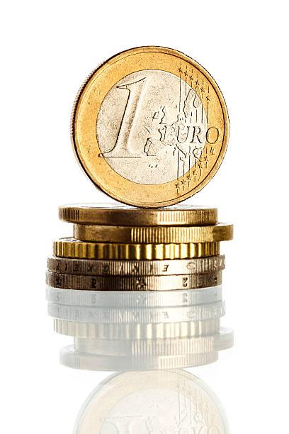 Euro-Münze auf einen Stapel Münzen – Foto
