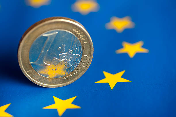 euro-münze. - euro symbol stock-fotos und bilder