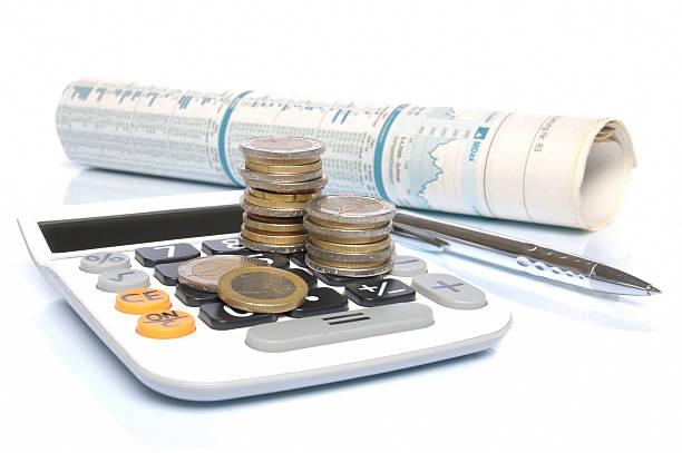 Euro-Münzen, Rechner, Stift und Tageszeitung – Foto