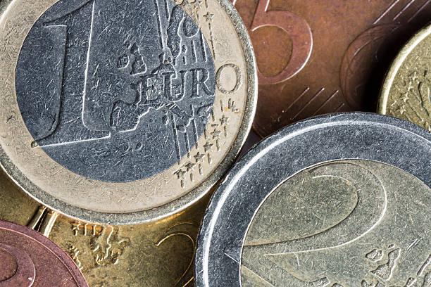 euro-münzen auf top anderen - 5 kontinente stock-fotos und bilder