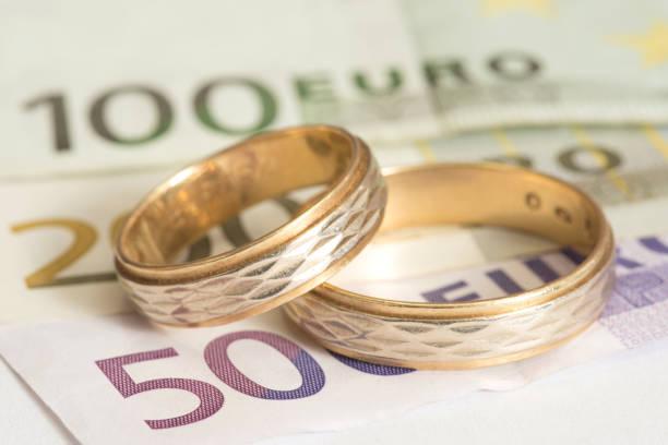 Euro Geld und Ehe Ringe stock photo