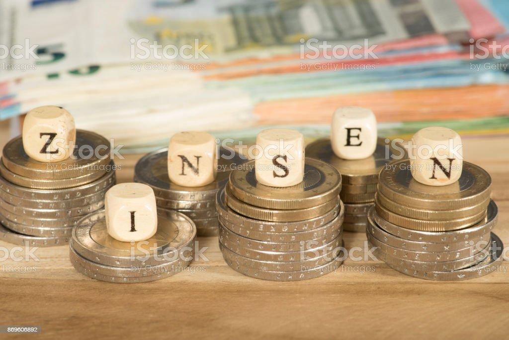 Euro-Geldscheine Und Münzen Und Das Johanniskraut Jahresendrally – Foto