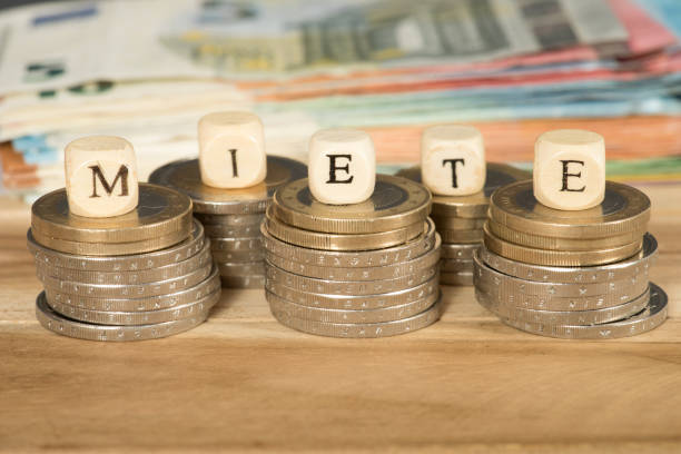 euro geldscheine und münzen und sterben miete - mieterhöhung stock-fotos und bilder