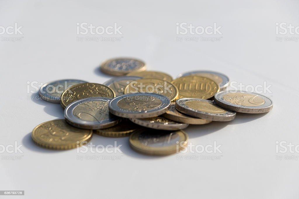 Euro Münzen auf dem Tisch stock photo