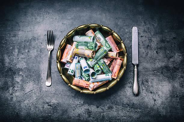 euro money euro banknotes in bronze bowl - teller kaufen stock-fotos und bilder