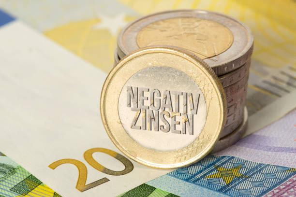 Euro Geldscheine und Münzen und Negativzins für das Sparen – Foto
