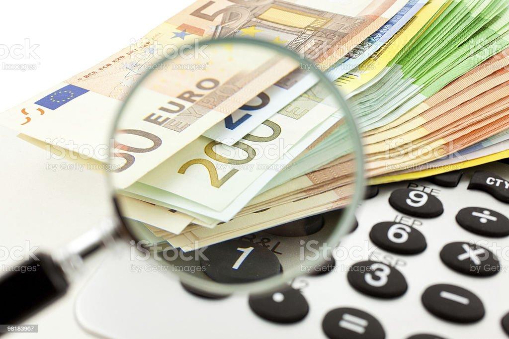 Banconote in Euro con calcolatrice e lente d'ingrandimento foto stock royalty-free