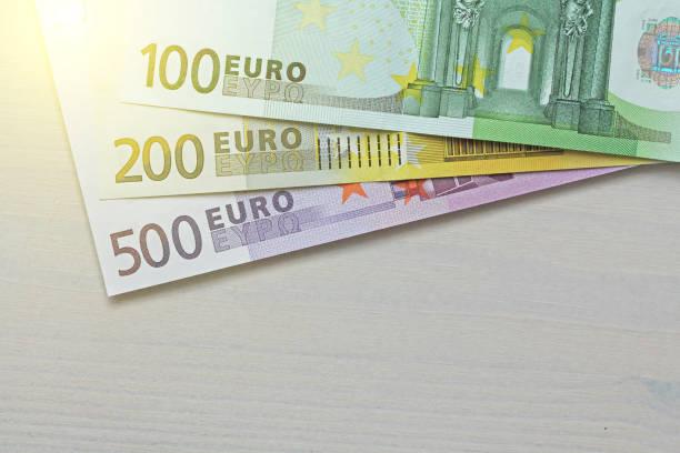Euro. Papel de billetes de euro de diferentes denominaciones - 100, 200 y 500 euros - foto de stock