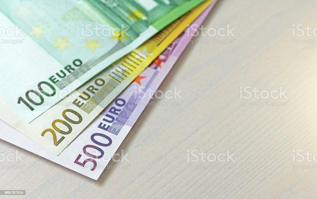 Euro. Papieren bankbiljetten voor euro van verschillende denominaties - 100, 200 en 500 Euro - Royalty-free Bank - Financieel gebouw Stockfoto