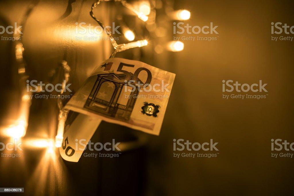 Weihnachtsbeleuchtung Zum Stecken.Euro Geldschein Stecken In Weihnachtsbeleuchtung Stockfoto Und Mehr