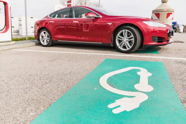 Euro Rastpark Pfaffenhofen, GERMANY-9. April 2019 Ladung TESLA-Autos an der Ladestation. Tesla Moles S 70D, Tesla-Aufladestation mit einem Auto auf. – Foto