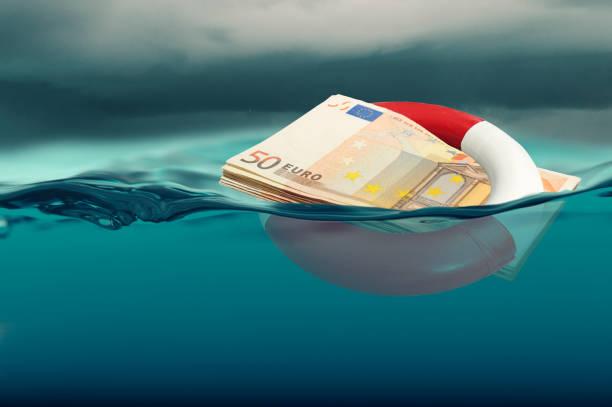 euro-rettungskonzept - banknote geändert - wasser sicherheitsausrüstung stock-fotos und bilder