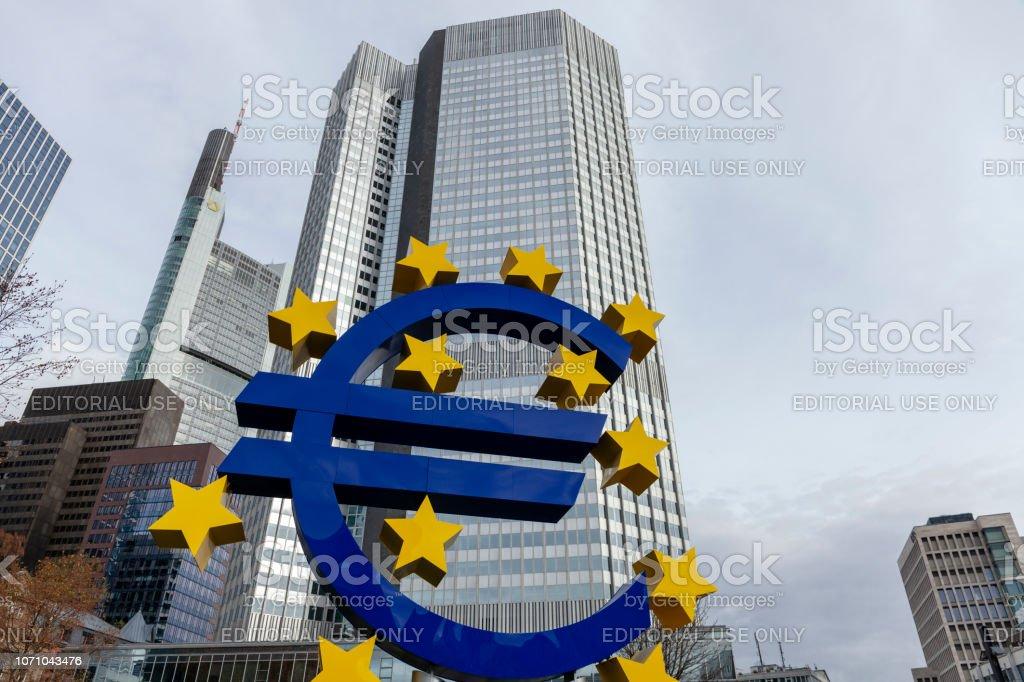 Euro-Zeichen-Statue in Frankfurt Am Main – Foto