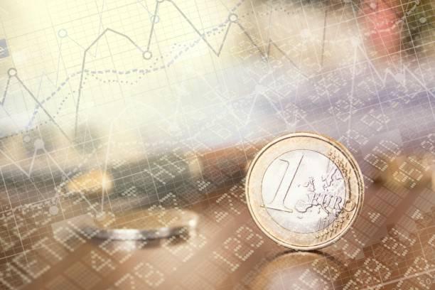 euro en la mesa de trabajo - foto de stock