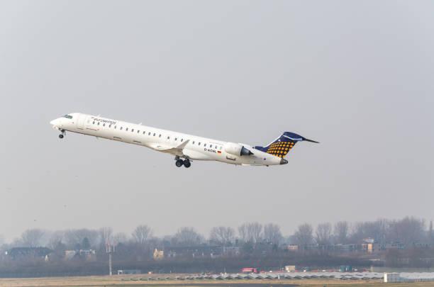 euro wings canadair regional jet beim start - nrw ticket stock-fotos und bilder