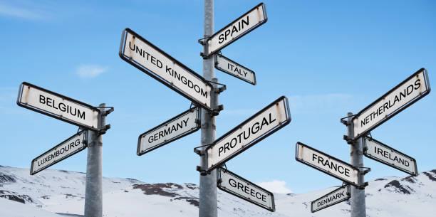 wegweiser europas, am blauen himmel mit schneebergrücken - ec karte stock-fotos und bilder