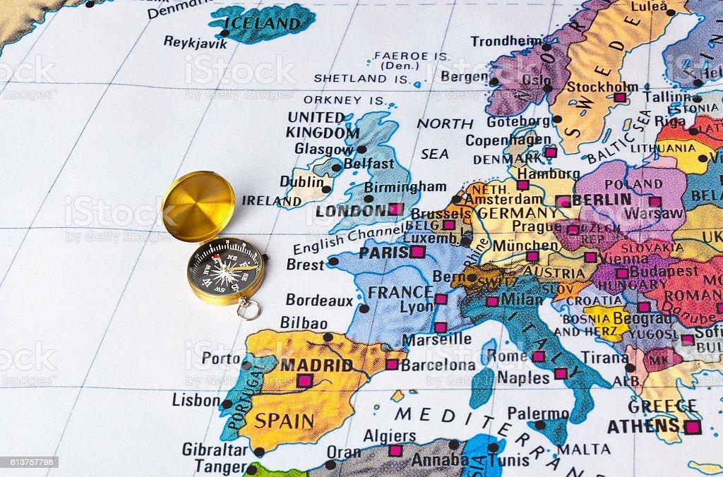 Europe map and compass - foto de acervo