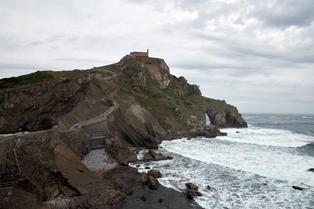 Europa, España, isla de San Juan Gaztelugatxe, país vasco, isla histórica con capilla en el norte de España - foto de stock