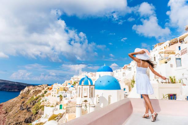 avrupa turist seyahat kadın oia santorini - beyaz elbise stok fotoğraflar ve resimler