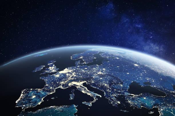 Europa aus dem Weltraum in der Nacht mit Stadtlichtern in den Mitgliedsstaaten der Europäischen Union, globale EU-Unternehmen und Finanzen, Satellitenkommunikationstechnologie, 3D-Render des Planeten Erde, Weltkarte von der NASA – Foto