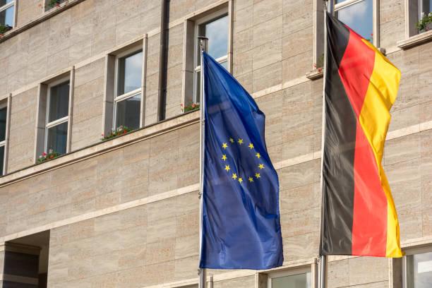 Europäische und deutsche Flagge vor einem Bürogebäude – Foto