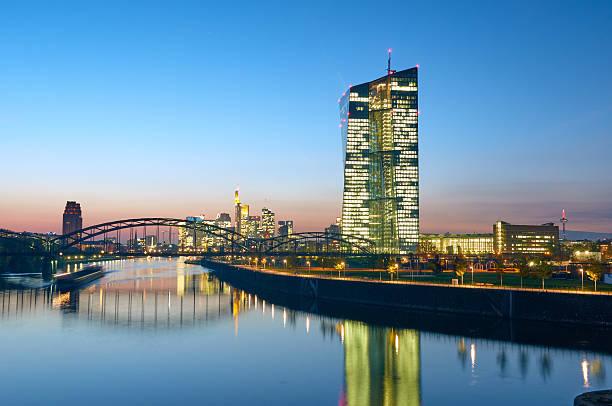 europäische zentralbank in der dämmerung - main stock-fotos und bilder