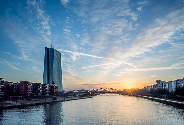 Europäische Zentralbank in Frankfurt city riverside Sonnenaufgang – Foto