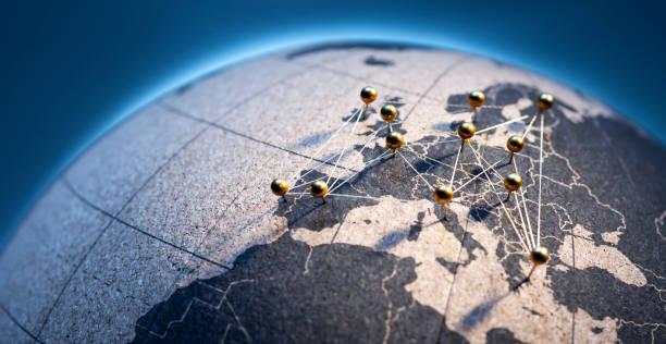 european connection-goldene pins auf korkbrettglobe - ec karte stock-fotos und bilder