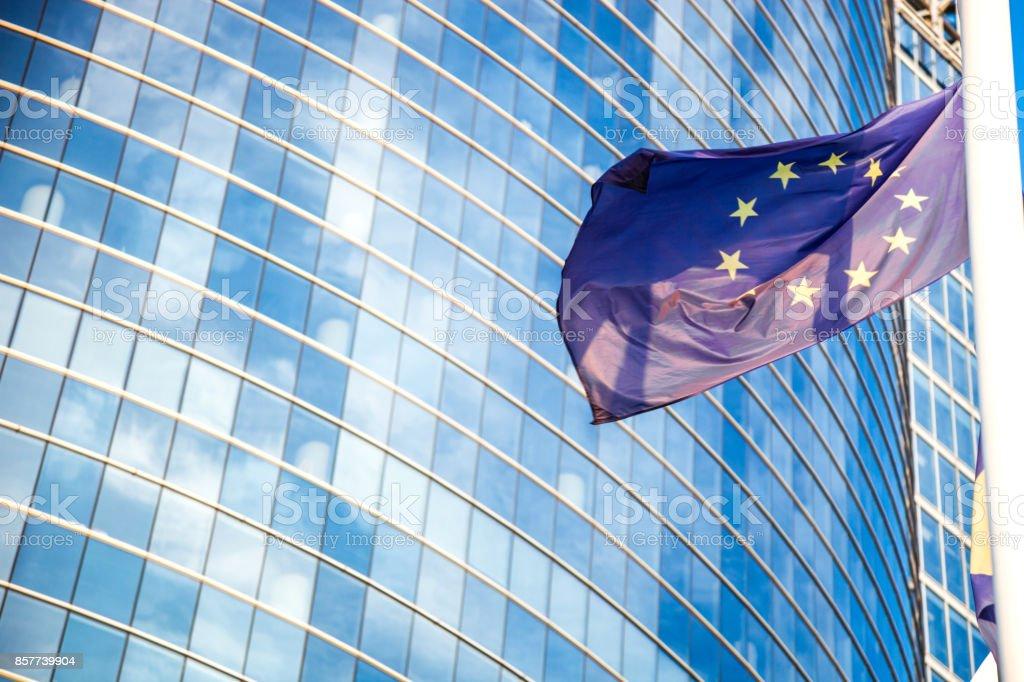 Bandera europea contra los rascacielos - foto de stock