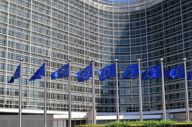 Banderas europeas ante el Berlaymont, edificio sede de la Comisión Europea en Bruselas. - foto de stock