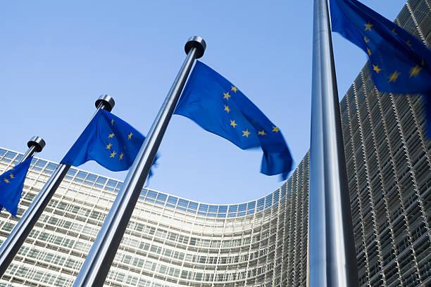 Banderas europeas frente del edificio en Bruselas Berlaymont - foto de stock