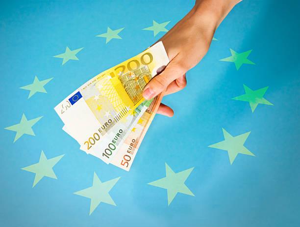 Europäische hand gibt euro-Scheinen – Foto