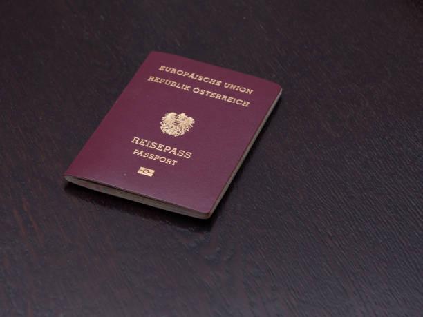 europäischer reisepass österreichischer nationalität - österreichische kultur stock-fotos und bilder