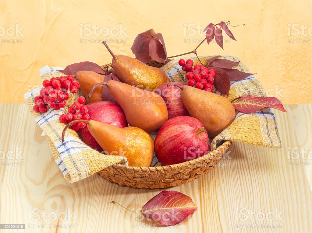 European pears and apples on checkered napkin in wicker basket Lizenzfreies stock-foto